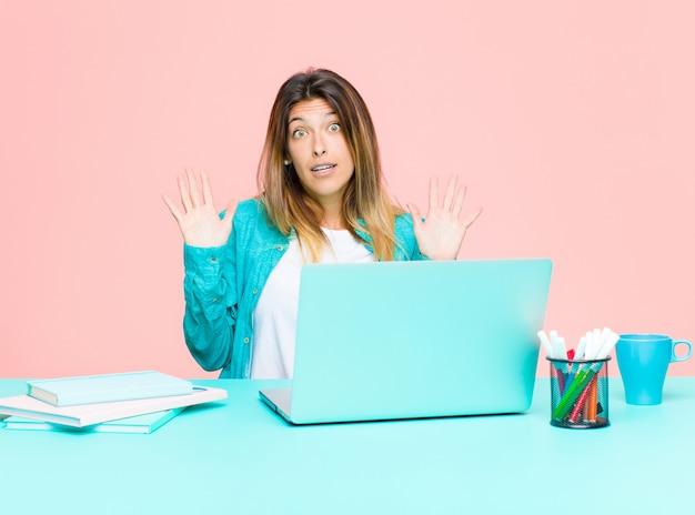 Jeune jolie femme qui travaille avec un ordinateur portable, nerveuse, inquiète et inquiète sans dire ma faute