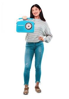Jeune jolie femme avec une radio vintage