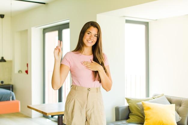 Jeune jolie femme à la recherche de bonheur, confiant et digne de confiance