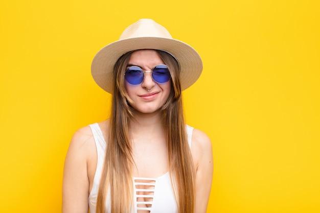 Jeune jolie femme à la recherche de plaisir et de convivialité, souriant et un clin d'œil à vous avec une attitude positive