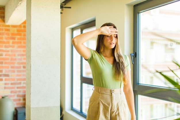 Jeune jolie femme à la recherche de stressé, fatigué et frustré
