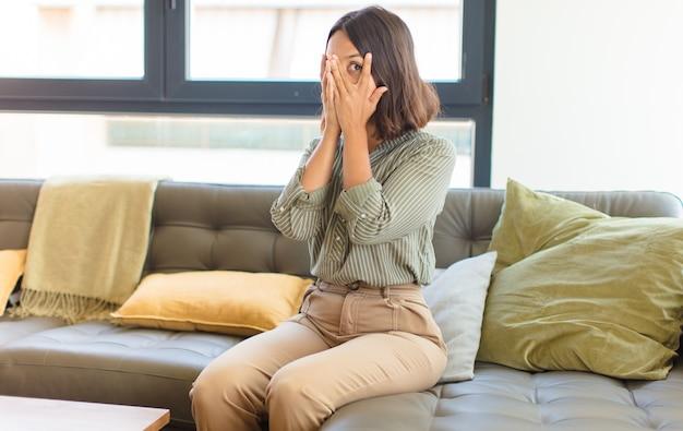 Jeune jolie femme se détendre à la maison sur un canapé