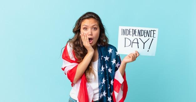 Jeune jolie femme se sentant choquée et effrayée concept de la fête de l'indépendance
