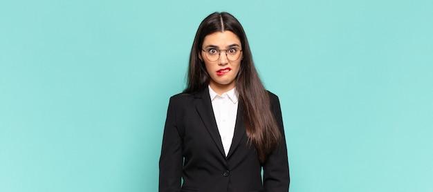 Jeune jolie femme se sentant désemparée, confuse et incertaine quant à l'option à choisir, essayant de résoudre le problème. concept d'entreprise