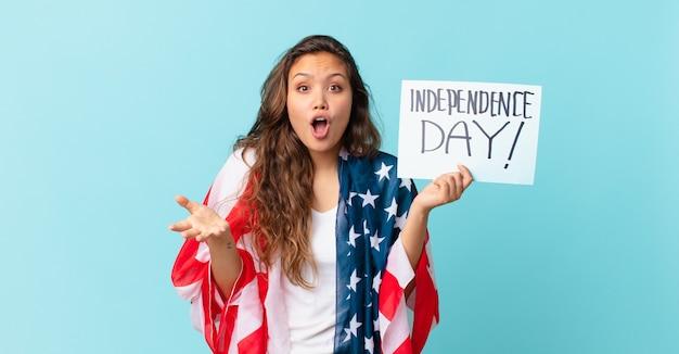 Jeune jolie femme se sentant extrêmement choquée et surprise du concept de la fête de l'indépendance
