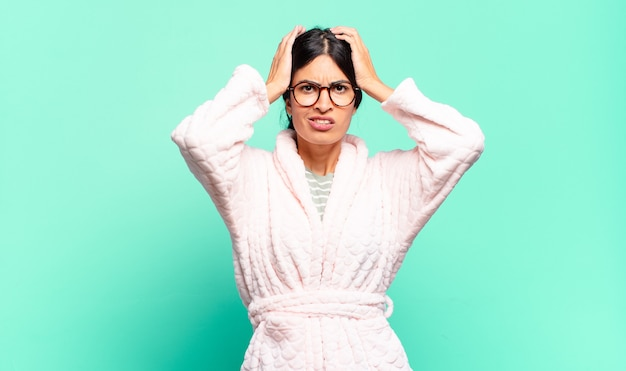 Jeune jolie femme se sentant frustrée et ennuyée, malade et fatiguée de l'échec, marre des tâches ennuyeuses et ennuyeuses. concept de pyjama