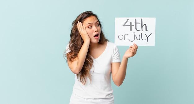 Jeune jolie femme se sentant heureuse, excitée et surprise concept de la fête de l'indépendance