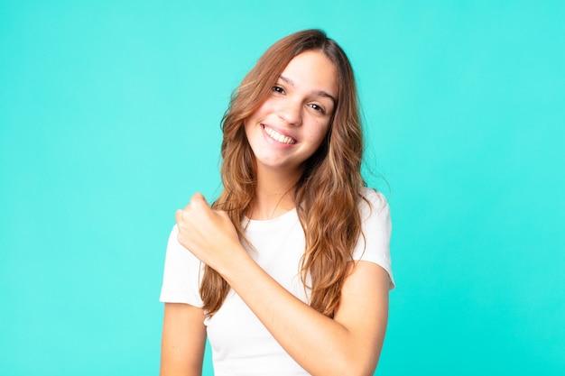 Jeune jolie femme se sentant heureuse et faisant face à un défi ou célébrant