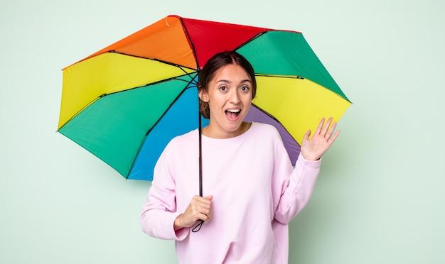 Jeune jolie femme se sentant heureuse, surprise de réaliser une solution ou une idée. concept de parapluie