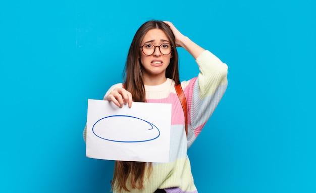 Jeune jolie femme se sentant stressée, inquiète, anxieuse ou effrayée, les mains sur la tête, paniquant à l'erreur