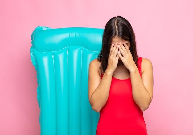 Jeune jolie femme se sentant triste, frustrée, nerveuse et déprimée