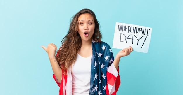 Jeune jolie femme semblant étonnée par le texte de la fête de l'indépendance
