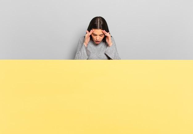 Jeune jolie femme semblant stressée et frustrée