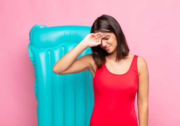 Jeune jolie femme à la stress, fatigué et frustré, séchant la sueur du front, se sentant désespérée et épuisée