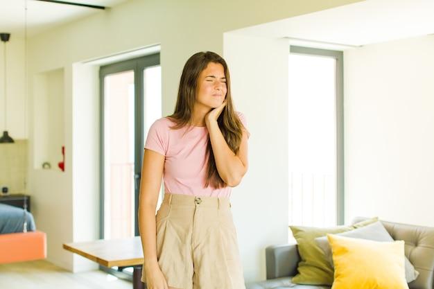 Jeune jolie femme stressée