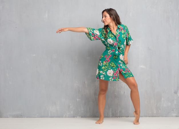 Jeune jolie femme tout le corps. concept de danse de rue