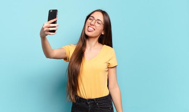 Jeune jolie femme utilisant son cellulaire.