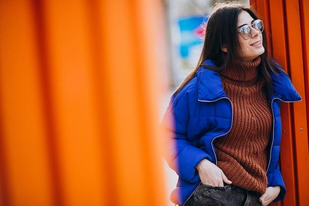 Jeune jolie femme en veste d'hiver bleu