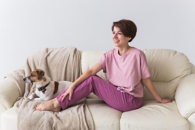 Jeune jolie femme vêtue d'un beau pyjama coloré se faisant passer pour un modèle dans son salon. vêtements de nuit confortables, détente à la maison et concept de mode féminine.