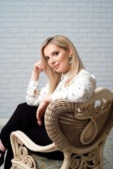 Jeune jolie femme vêtue d'une chemise blanche. fond de studio.