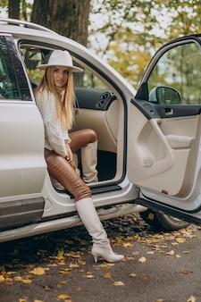 Jeune jolie femme voyageant en voiture