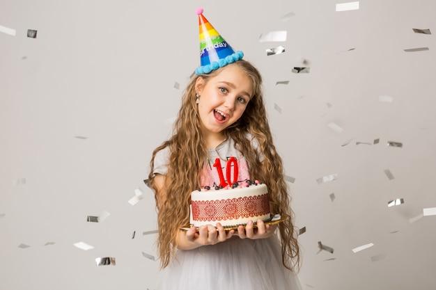 Jeune jolie fille célébrant son anniversaire de dix ans