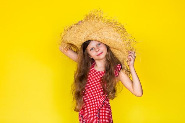 Jeune jolie fille en chapeau de paille et maillot de bain
