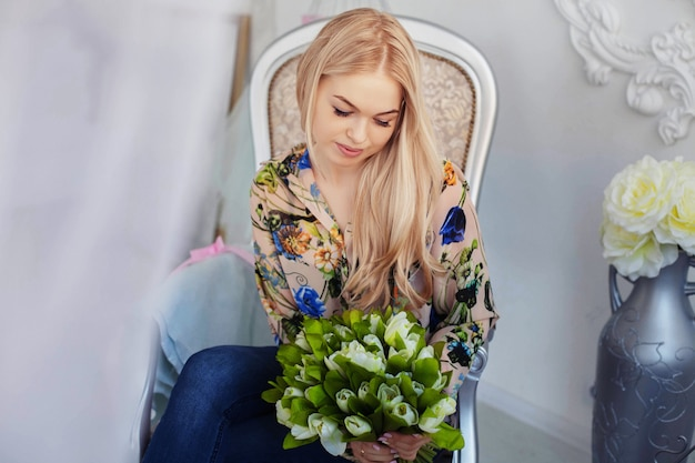 Jeune jolie fille avec des fleurs.