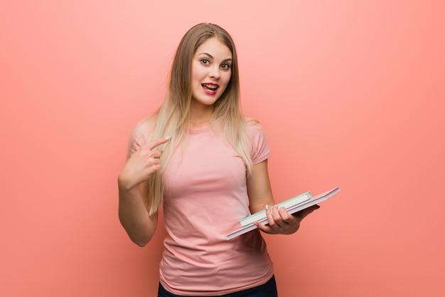 Jeune jolie fille russe surprise, se sent réussie et prospère.