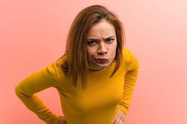 Jeune jolie jeune femme grondant quelqu'un de très en colère.
