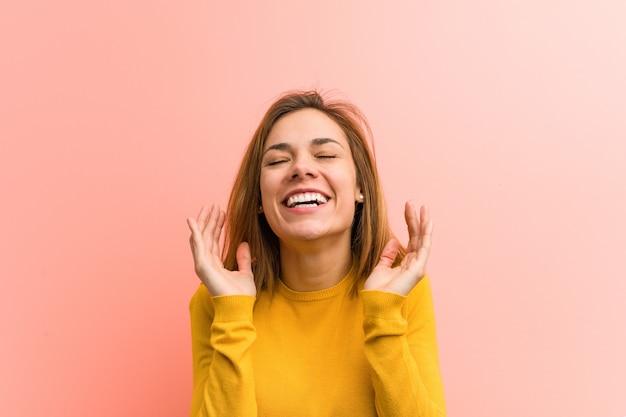 Jeune jolie jeune femme joyeuse rire beaucoup. concept de bonheur.