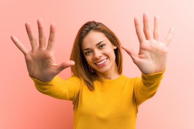 Jeune jolie jeune femme montrant le numéro dix avec les mains.