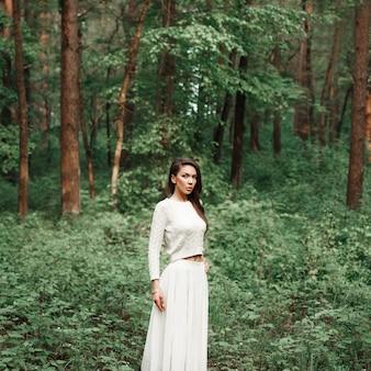 Jeune jolie woomen sur la nature avec des arbres