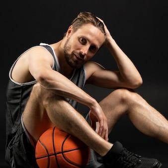Jeune Joueur Athlétique De Basket-ball Photo Premium