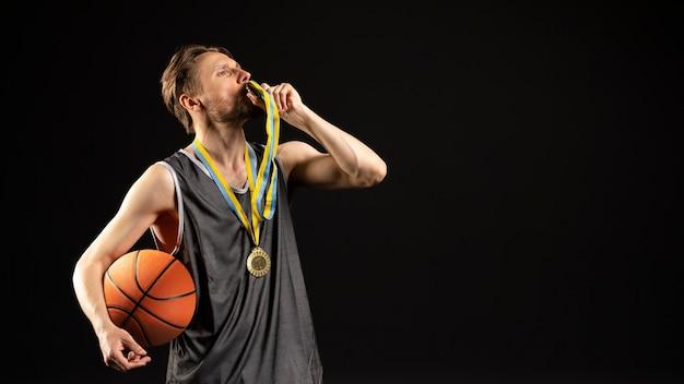 Jeune joueur athlétique de basket-ball