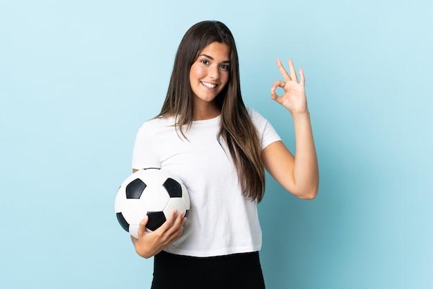 Jeune joueur de football brésilien jeune femme isolée