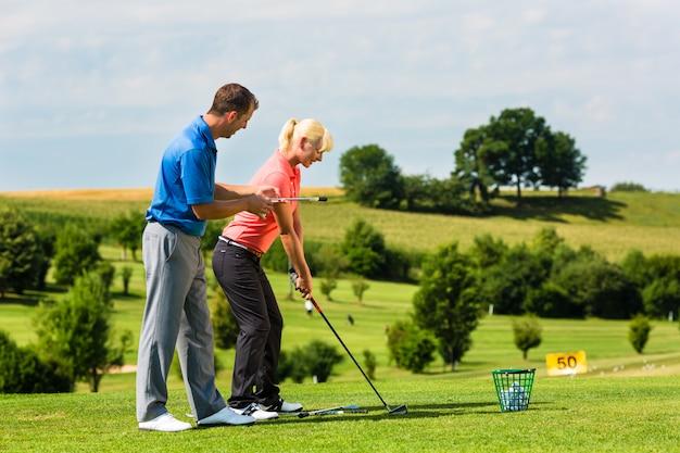 Jeune joueuse de golf sur le parcours