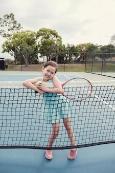 Jeune joueuse de tennis asiatique sur un court bleu