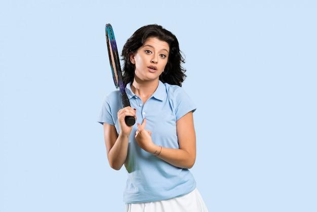Jeune joueuse de tennis avec une expression faciale surprise