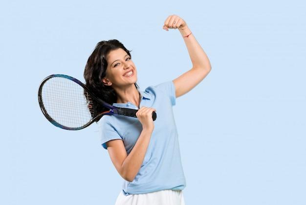 Jeune joueuse de tennis fête une victoire