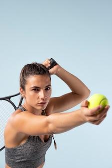 Jeune joueuse de tennis avec raquette