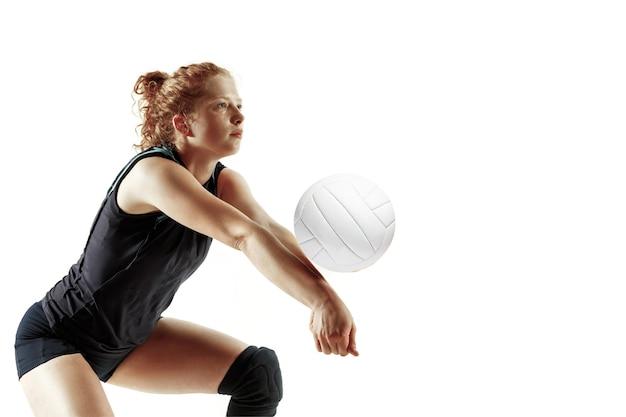 Jeune joueuse de volley-ball isolé sur fond blanc studio