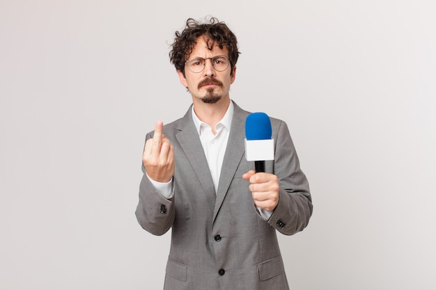 Jeune journaliste se sentant en colère, agacé, rebelle et agressif