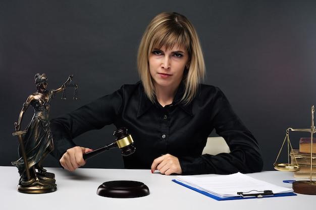 Une jeune juge juste travaille dans son bureau. - image