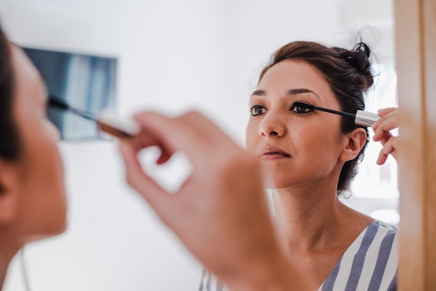 Jeune latina se maquiller