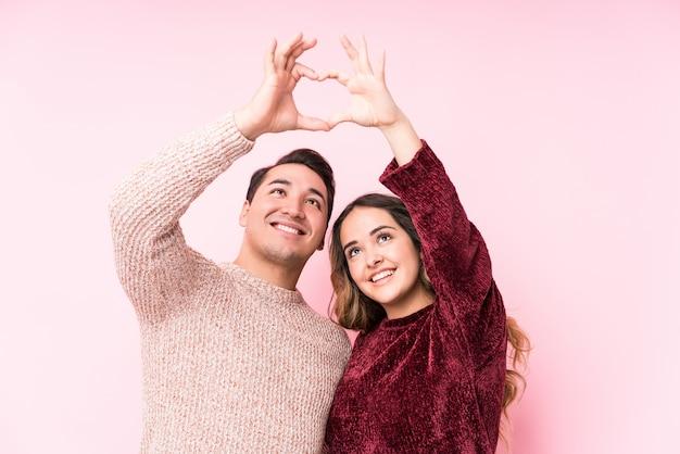 Jeune latine en couple amoureux