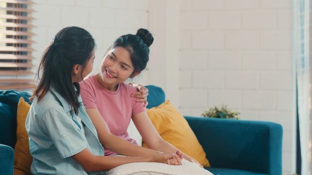 Jeune lesbienne lgbtq asiatique couple asiatique embrasser et embrasser à la maison