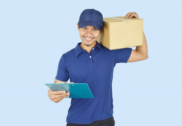 Jeune livraison tenant la boîte et un presse-papiers.