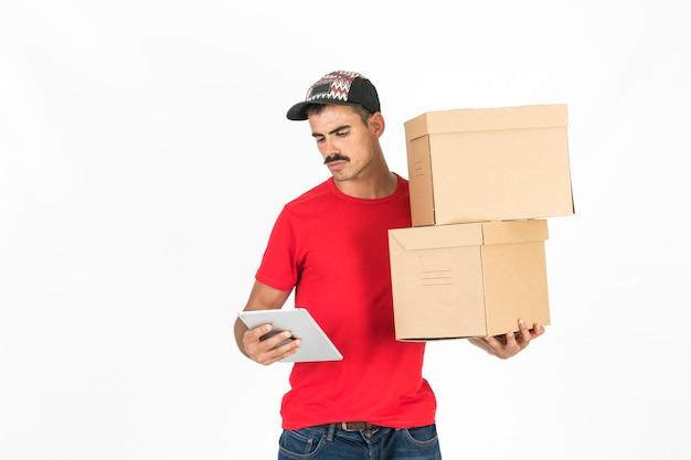 Jeune livreur avec des boîtes