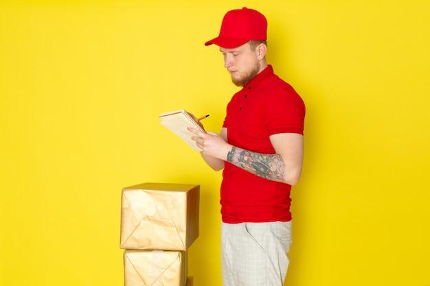 Jeune, livreur, dans, polo rouge, casquette rouge, jean blanc, écrire, jaune, repartidor